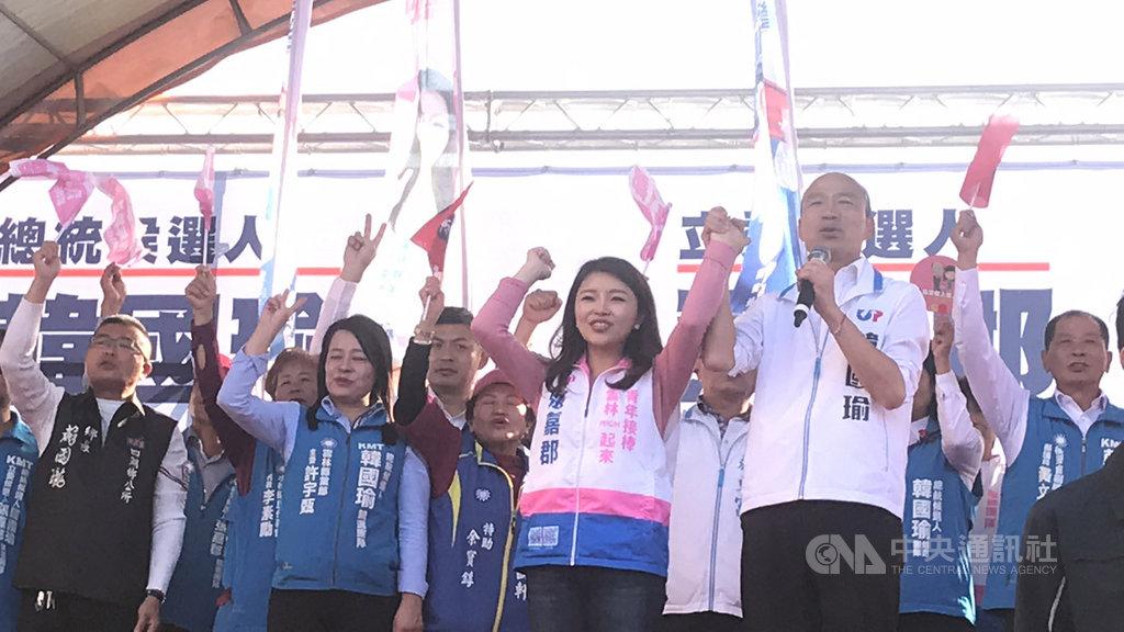 國民黨總統參選人韓國瑜(前右)12日到雲林縣參加北港鎮競選聯合服務處暨後援會成立大會,懇託支持者團結。中央社記者姜宜菁攝 108年12月12日