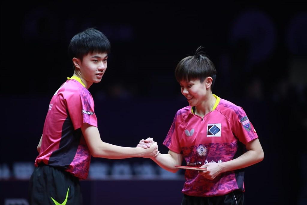 台灣桌球小將林昀儒(左)與女單一姐鄭怡靜,12日在世界桌球巡迴賽年終總決賽混雙闖過頭關,也提前取得明年東京奧運桌球混雙門票。(圖取自國際桌球總會網頁ittf.com)