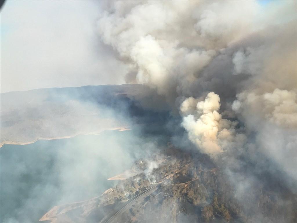 澳洲面臨森林大火及攝氏40度以上高溫等氣候變遷問題,有國防專家指出,必須要以國防戰略的層次來應對。(圖取自facebook.com/QldFireandEmergencyServices)