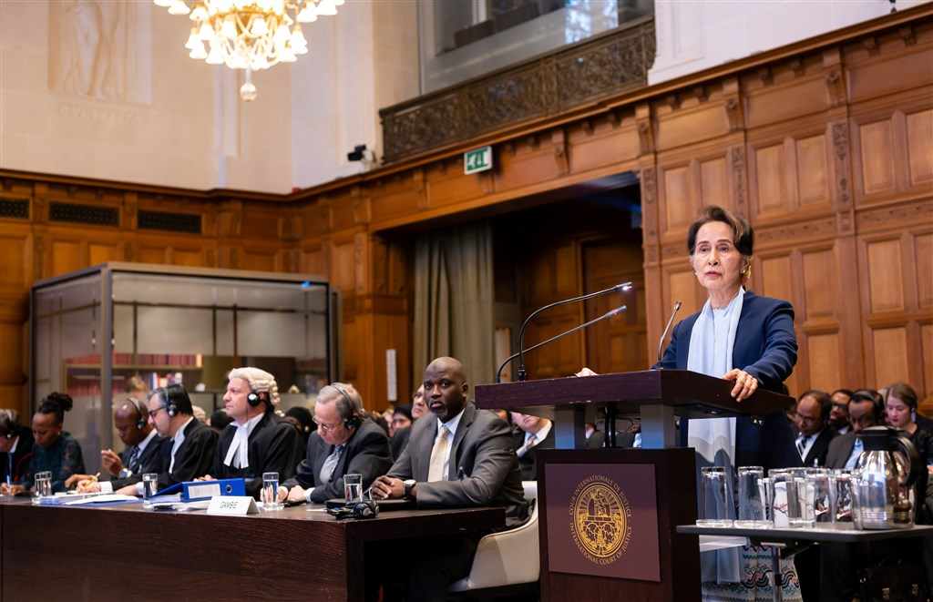 諾貝爾和平獎得主翁山蘇姬(前右)率領代表團親征位於海牙的國際法院,為緬甸政府對洛興雅穆斯林發動的軍事行動辯護。(圖取自twitter.com/CIJ_ICJ)