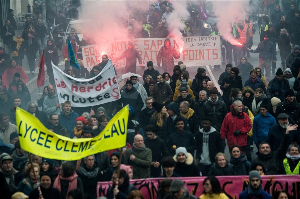 法國總理菲力普11日公布的退休新制未達工會期待,總工會秘書長馬蒂內茲表示「政府嘲弄了所有人」,並揚言工會將延長罷工。圖為10日工會發起的示威遊行。(法新社提供)