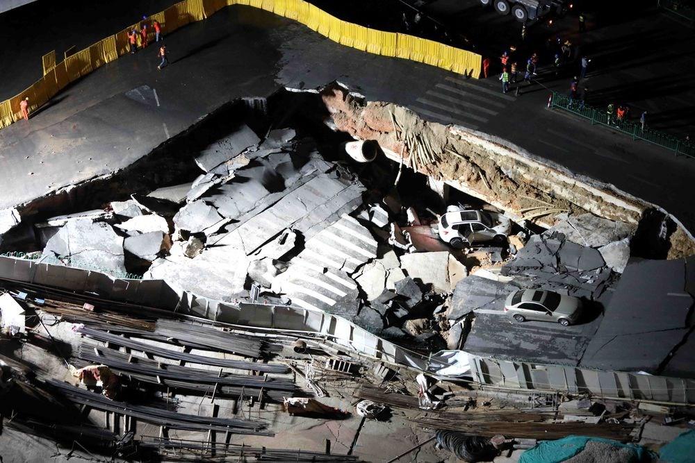 中國廈門地鐵施工處附近12日晚驚傳大面積道路塌陷,導致行駛中的車輛落入坑洞,目前尚無人員傷亡傳出。(中新社提供)