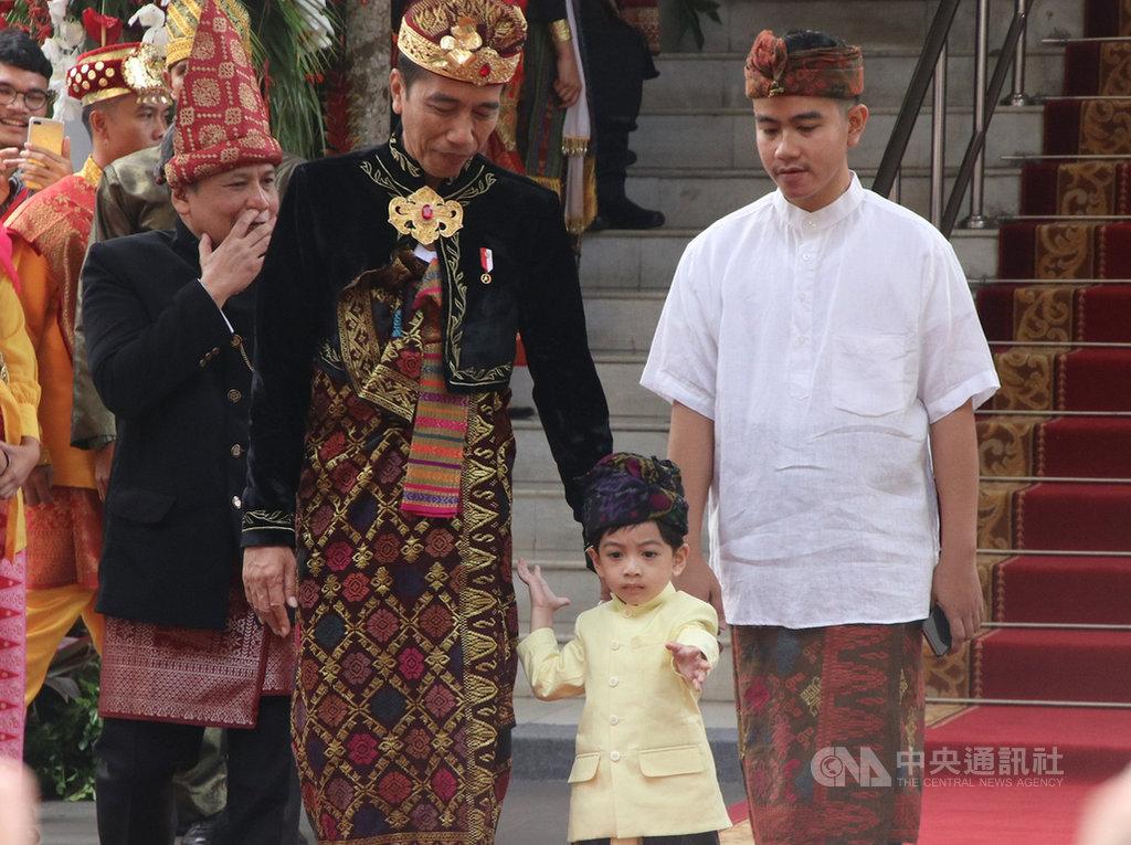 印尼總統佐科威(前排左)長子吉伯朗(前排右)將爭取代表印尼民主奮鬥黨參選中爪哇梭羅市市長,步上跟父親一樣的從政道路。圖為佐科威、吉伯朗與吉伯朗的兒子8月18日出席今年印尼國慶日的照片。中央社記者石秀娟雅加達攝  108年12月13日