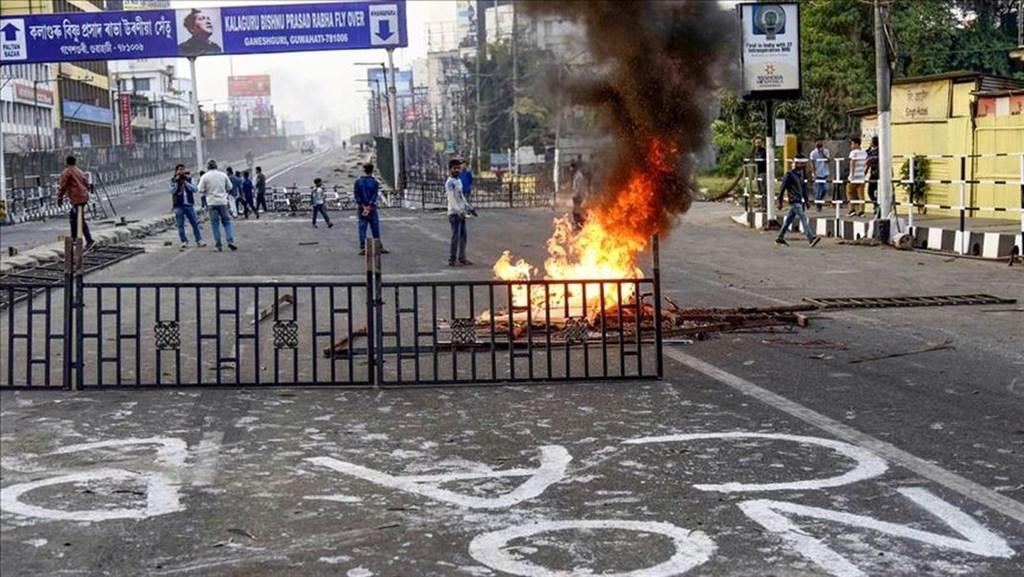 爭議頗大的公民法修正草案,11日晚間通過,印度東北居民擔心更多非法移民湧入,連續多日上街示威抗議。(安納杜魯新聞社提供)