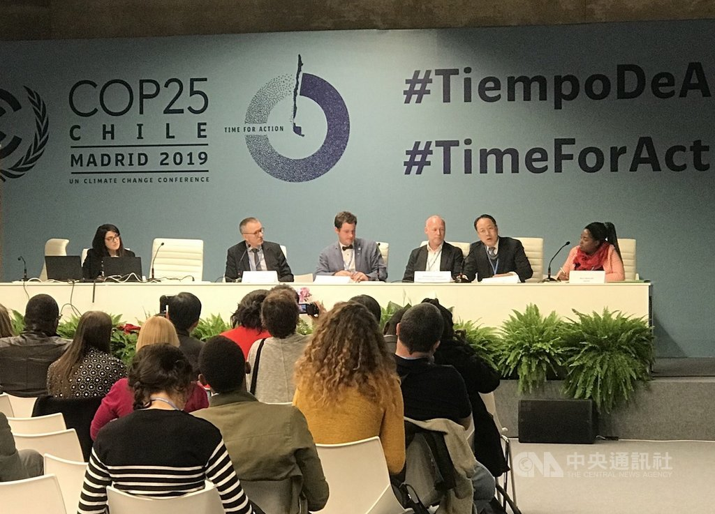 國合會副秘書長史立軍(前排右2)在馬德里氣候峰會世界農民組織舉辦的活動演講,分享台灣因應氣候變遷的實務經驗。(國合會提供)中央社記者林育立柏林傳真 108年12月13日