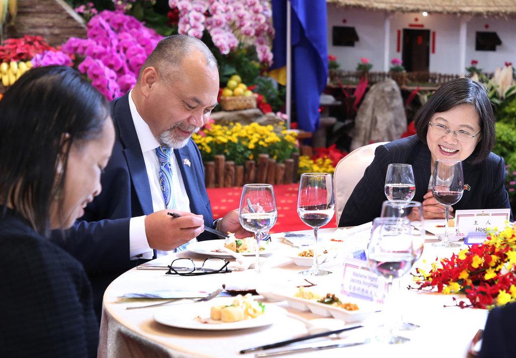 總統蔡英文(右)13日在總統府宴請諾魯共和國總統安格明(Lionel Aingimea)(左2),款待台灣傳統美食「臭豆腐」,蔡總統笑說今天是很「溫和版的臭豆腐」。中央社記者鄭傑文攝 108年12月13日