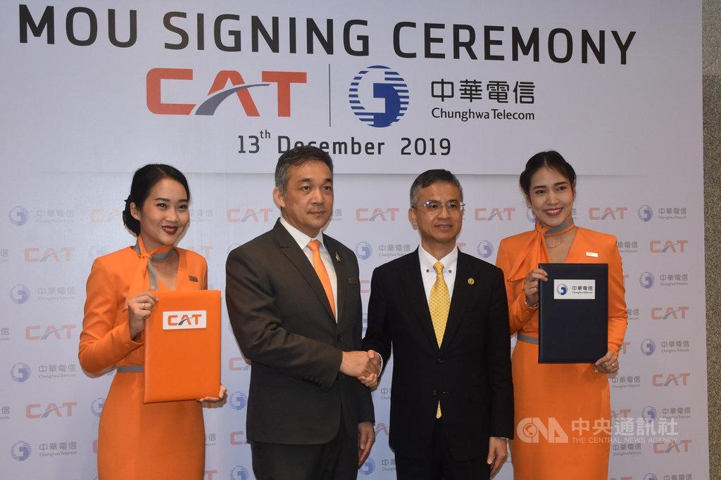 中華電信總經理郭水義(右2)與泰國CAT電信總裁桑帕猜(Sanpachai Huvanandana)(左2)簽署合作備忘錄(MOU),共同發展智慧城市應用。中央社記者呂欣憓曼谷攝 108年12月13日