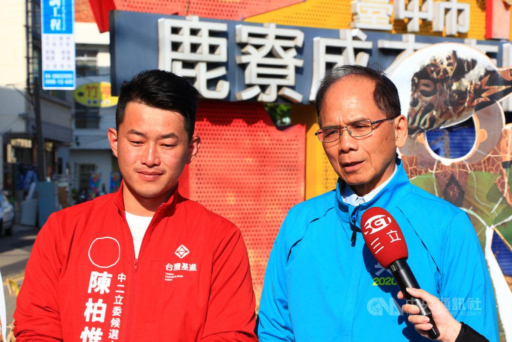 前行政院長游錫堃(右)13日到台中為台灣基進黨立委參選人陳柏惟(左)助選,游錫堃接受媒體聯訪時表示,2020年是台灣關鍵選戰,過去台灣是有統有獨的藍綠之爭,藍色的好像有點變紅,未來台灣應該是綠紅之爭,這次一定要讓台灣隊勝利。中央社記者蘇木春攝 108年12月13日