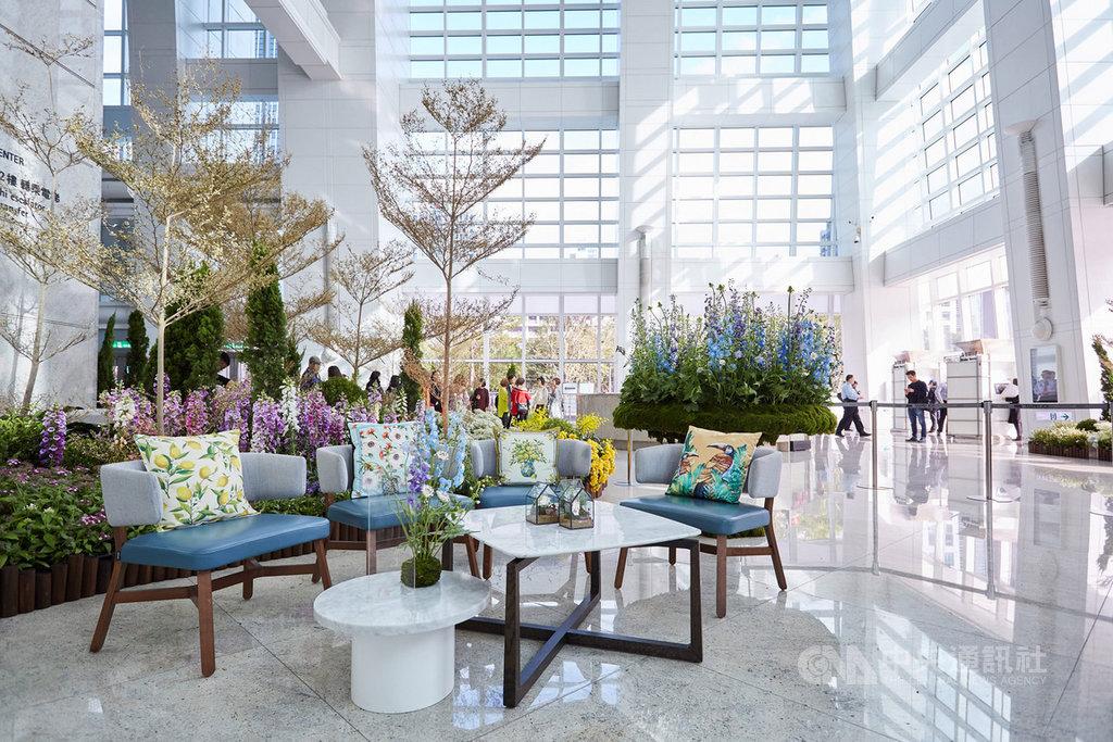 花藝大師凌宗湧利用台北花市提供的台灣花卉,在台北101大樓大廳打造「島嶼花園」,注入藝術氛圍。(台北101提供) 中央社記者吳柏緯傳真 108年12月13日