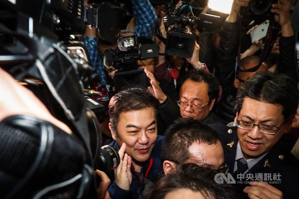 台灣台北地方檢察署13日晚間傳喚遠東航空股份有限公司董事長張綱維(前左)說明遠航案,張綱維於晚間近7時到達,大批媒體在場守候關注案情。中央社記者吳家昇攝 108年12月13日