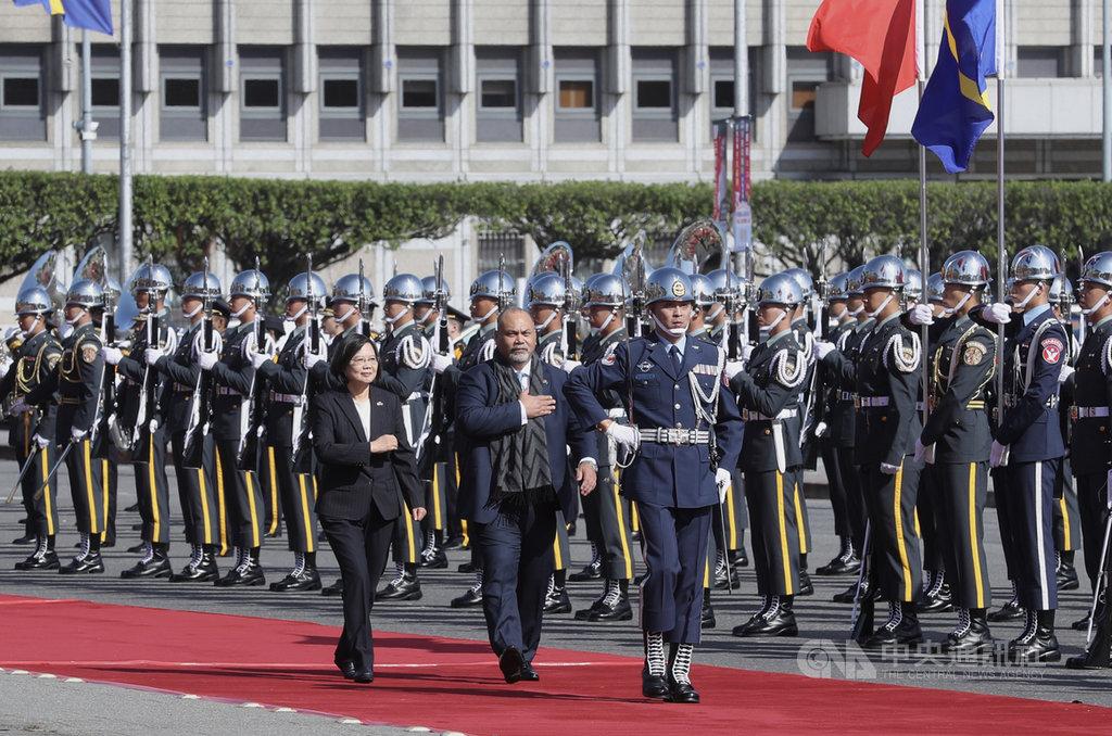 總統蔡英文(前左)13日在總統府,以軍禮歡迎來訪的太平洋友邦諾魯總統安格明(Lionel Aingimea)(前左2)。中央社記者張皓安攝 108年12月13日