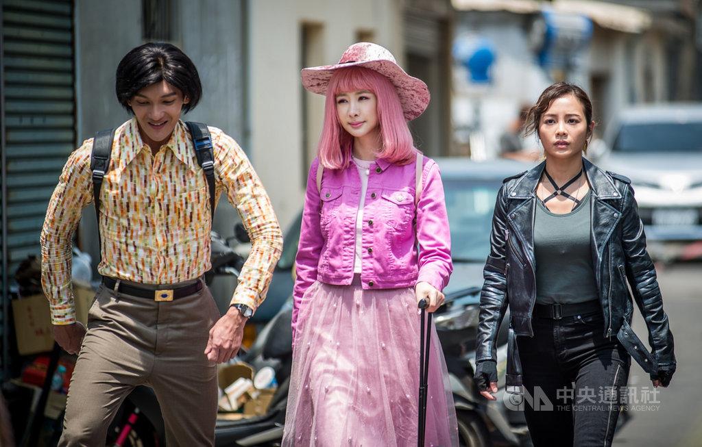 新加坡導演梁志強與多名台灣藝人合作賀歲片「殺手撿到槍」,女主角安心亞(中)飾演一名總是洋溢著粉紅泡泡的傻大姐。(滿滿額娛樂提供)中央社記者洪健倫傳真  108年12月13日