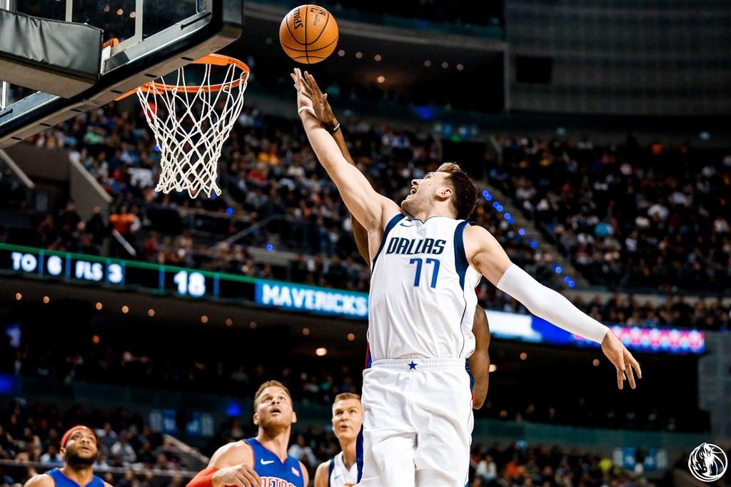 NBA獨行俠救世主唐西奇(前)12日豪取41分又大三元,助球隊以122比111拔掉活塞。(圖取自twitter.com/MavsPR)