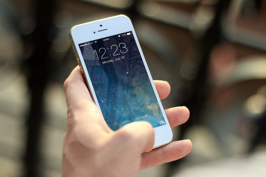 CNN報導,美國一名男子因為汽車失控落入冰冷河水,情急之下利用iPhone內建的語音助理Siri,聲控撥出求救電話,才得以脫困。(示意圖/圖取自Pixabay圖庫)