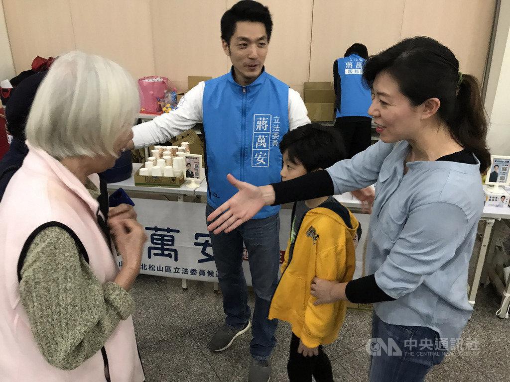 國民黨籍台北市立委參選人蔣萬安(後中)力拚連任,14日晚間舉辦親子活動,蔣萬安的妻子(右)和兒子也現身支持。中央社記者劉建邦攝 108年12月14日