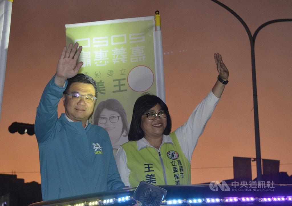 民進黨主席卓榮泰(左)14日陪同黨籍嘉義市立委參選人王美惠(右)展開車隊掃街,向民眾揮手致意,籲請支持。中央社記者蔡智明攝 108年12月14日