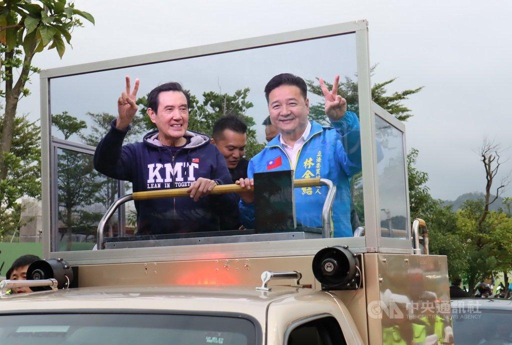 前總統馬英九(左)14日前往新北市土城陪同國民黨立委參選人林金結(右)車隊掃街拜票,爭取選民支持。(民眾提供)中央社記者黃旭昇新北傳真 108年12月14日