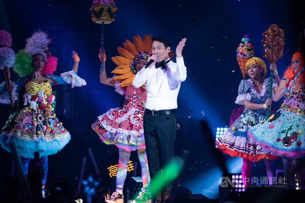 讓台灣粉絲等了25年的香港歌手黎明(中),14日在台北攻蛋開唱,他說,這次終於遇上有緣人邀他來台開唱,真的都是緣分,能來到台北小巨蛋真的很開心。中央社記者林俊耀攝 108年12月14日