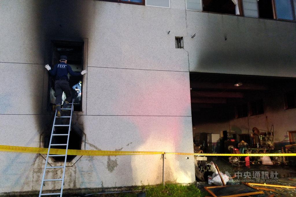 台南市玉井區一處一貫道道友居住的集合式住宅14日凌晨傳出火警,結果造成7人不幸死亡。警消人員清晨在現場進行調查。中央社記者楊思瑞攝 108年12月14日