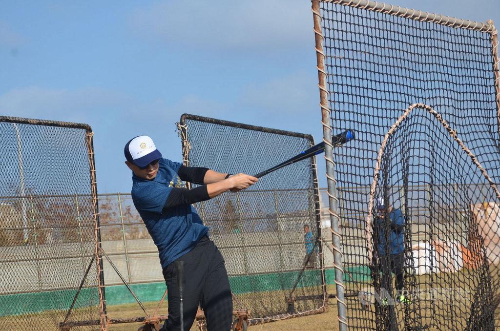 由中華職棒球星「恰恰」彭政閔發起的火星人棒球公益訓練營,14日首度移師到澎湖,多名球星親自下場指導馬公國中棒球隊。中央社 108年12月14日