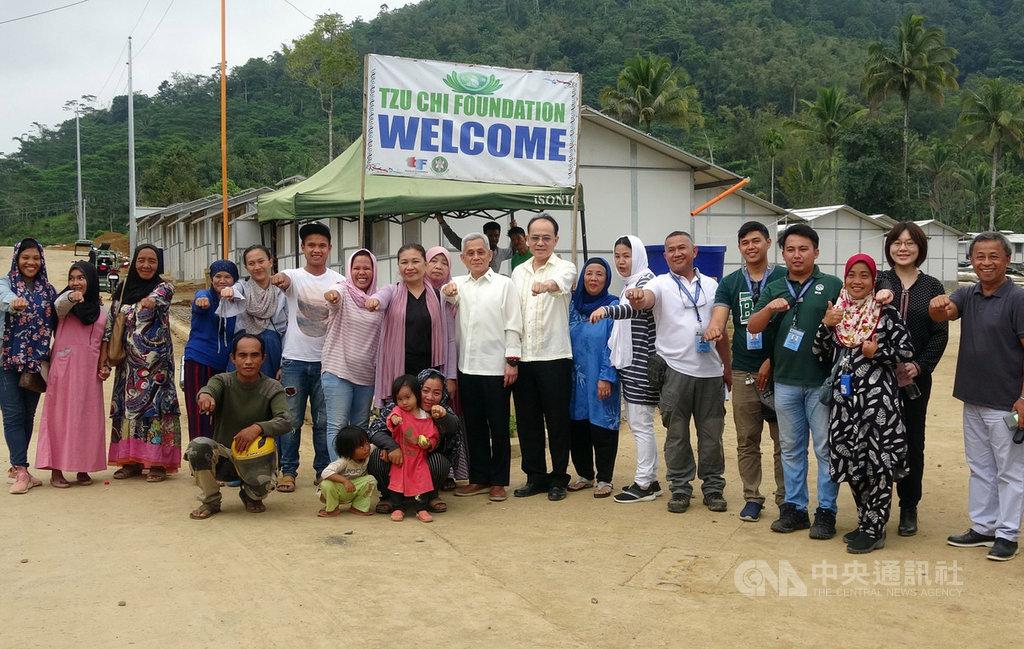 駐菲代表徐佩勇(右10)10日前往菲律賓南部馬拉韋市,視察中華民國政府與慈濟基金會援建組合屋進度,與工程師、志工和當地居民合影。中央社記者陳妍君馬拉韋市攝 108年12月14日