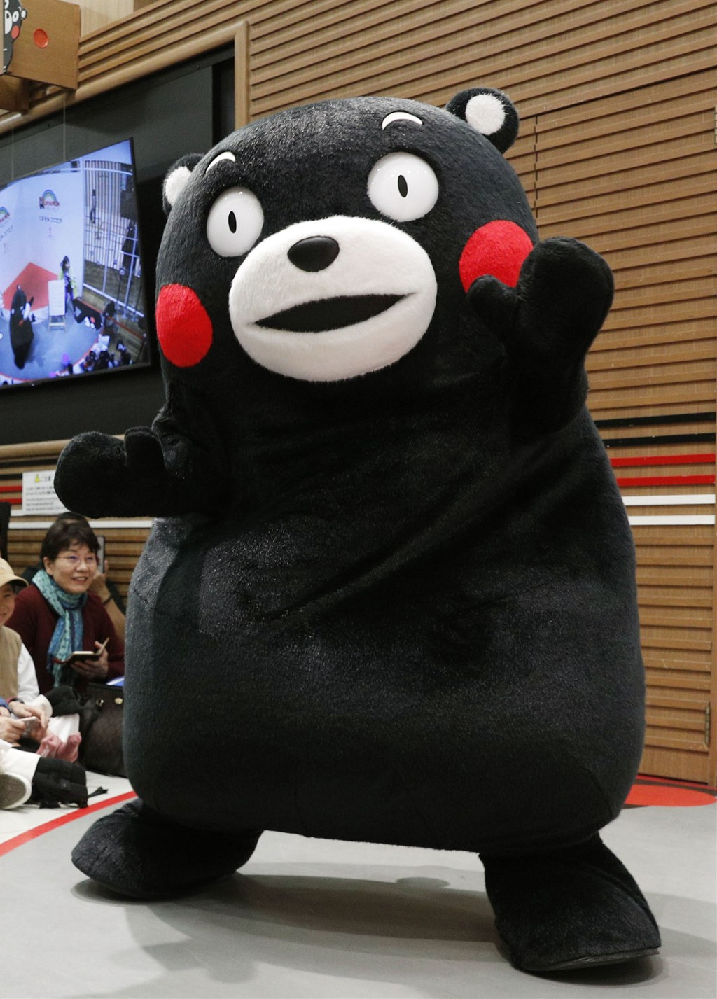 日本東京奧運2020年登場,熊本縣政府日前向主辦單位詢問熊本熊(圖)擔任聖火傳遞跑者的可能性,但被以「不符要件」婉拒。(檔案照片/共同社提供)