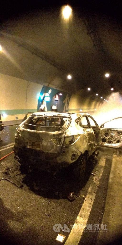 一輛休旅車14日行經國道6號西向國姓1號隧道時突然起火,車輛慘遭燒毀,幸全車5人順利逃生,無人員傷亡。(國道警察提供)中央社記者蕭博陽南投縣傳真 108年12月14日