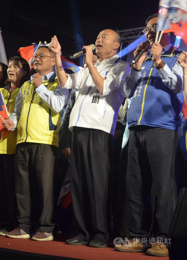 國民黨總統候選人韓國瑜(右2)14日晚間到嘉義市為黨籍立委參選人傅大偉(右)站台助選,韓國瑜表示,這4年來,台灣每年都選出一個代表字,分別是「苦、茫、翻、亂」,就是民進黨執政給民眾的感覺。中央社記者蔡智明攝 108年12月14日