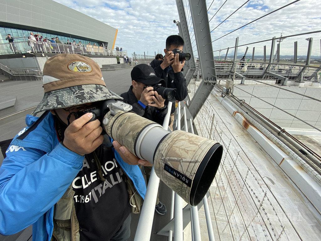 桃園國際機場第二航廈戶外觀景台14日亮相,15日人潮川流不息,近距離觀賞飛機起降,不少航空迷準備各式「大砲」長鏡頭,讓現場多了不少攝影味。中央社記者邱俊欽桃園機場攝 108年12月15日