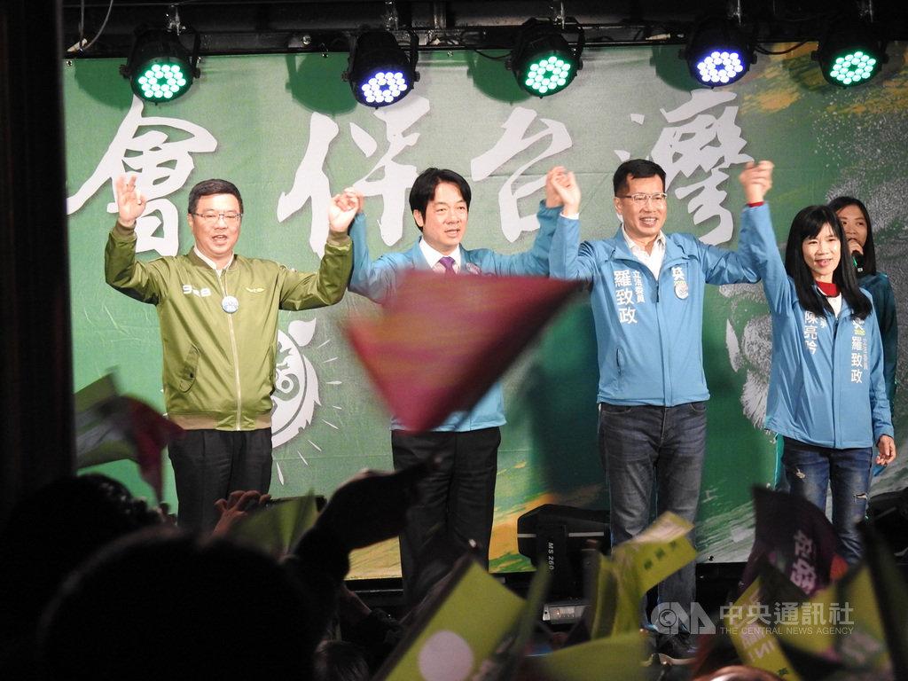 民進黨副總統候選人賴清德(左2)與黨主席卓榮泰(左)15日晚間出席黨籍新北市第7選區立委參選人羅致政(右2)造勢晚會,呼籲鄉親支持羅致政連任。中央社記者王鴻國攝 108年12月15日