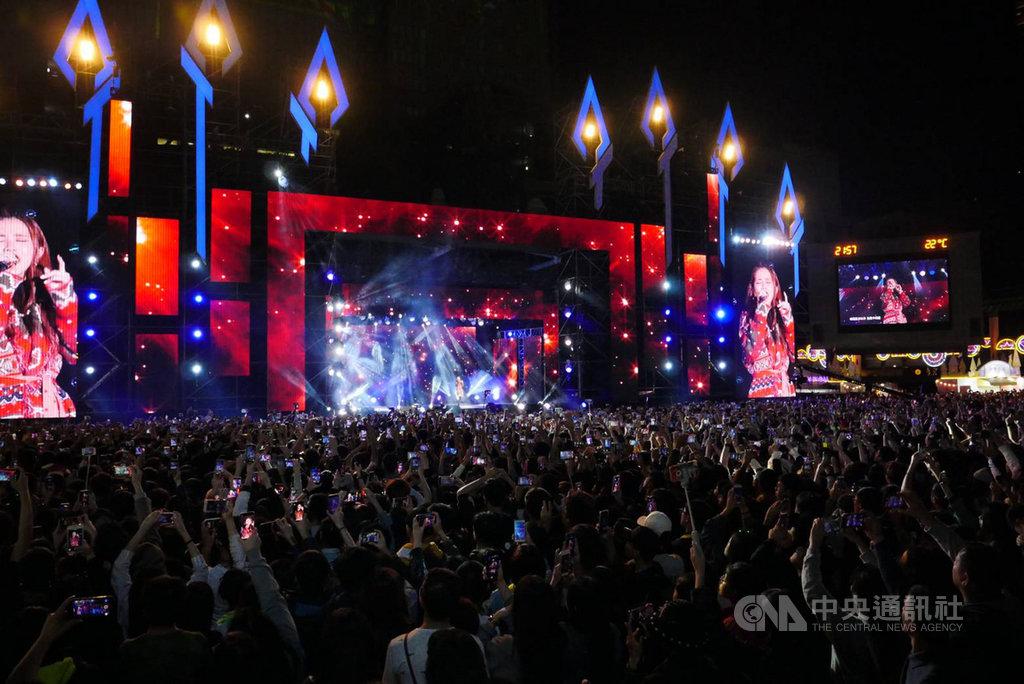 「2019新北歡樂耶誕城–巨星耶誕演唱會」15日晚間在市民廣場登場,吸引大批人潮到場,主辦單位估算逾20萬人次。(新北市政府提供)中央社記者王鴻國傳真 108年12月15日