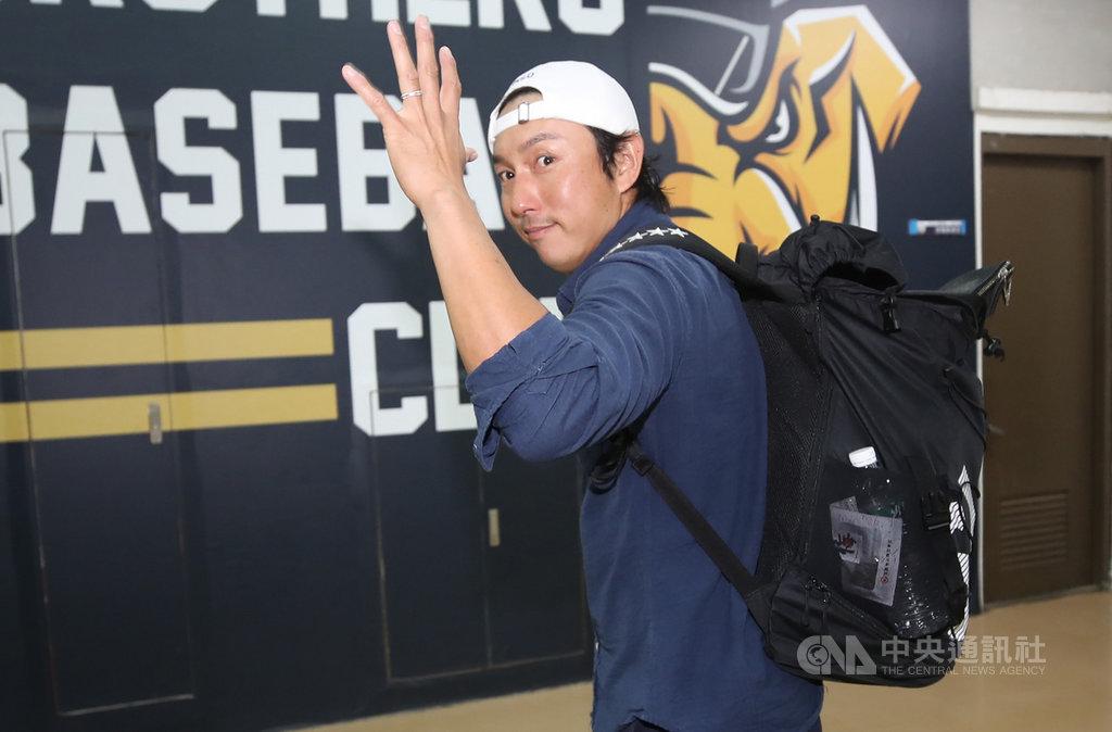 味全龍隊日籍球員兼教練川崎宗則將於16日回日本,明年不確定是否會與味全龍隊續約,他表示,若無法再當球員,考慮回家擔任水電工。中央社記者張新偉攝 108年12月15日