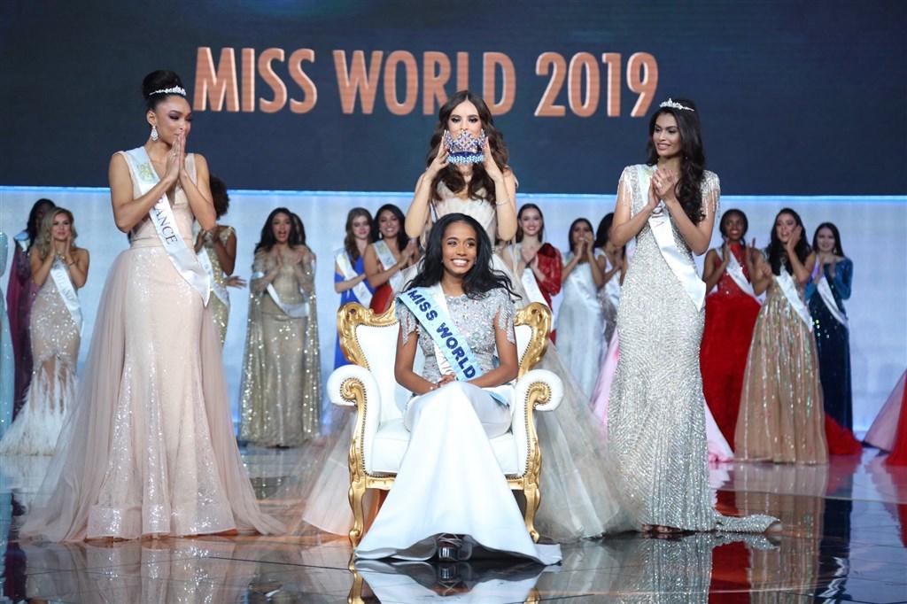 23歲的牙買加佳麗辛赫(前中)14日贏得世界小姐后冠。(圖取自twitter.com/MissWorldLtd)