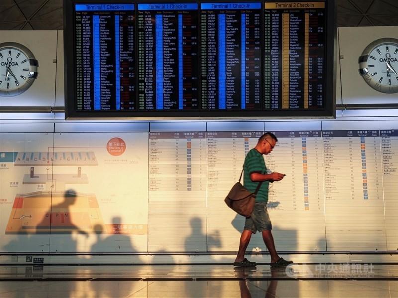 香港機場管理局15日公布的數據顯示,香港國際機場11月客運量僅有500多萬人次,較去年同期下跌16.2%。圖為香港機場。(中央社檔案照片)