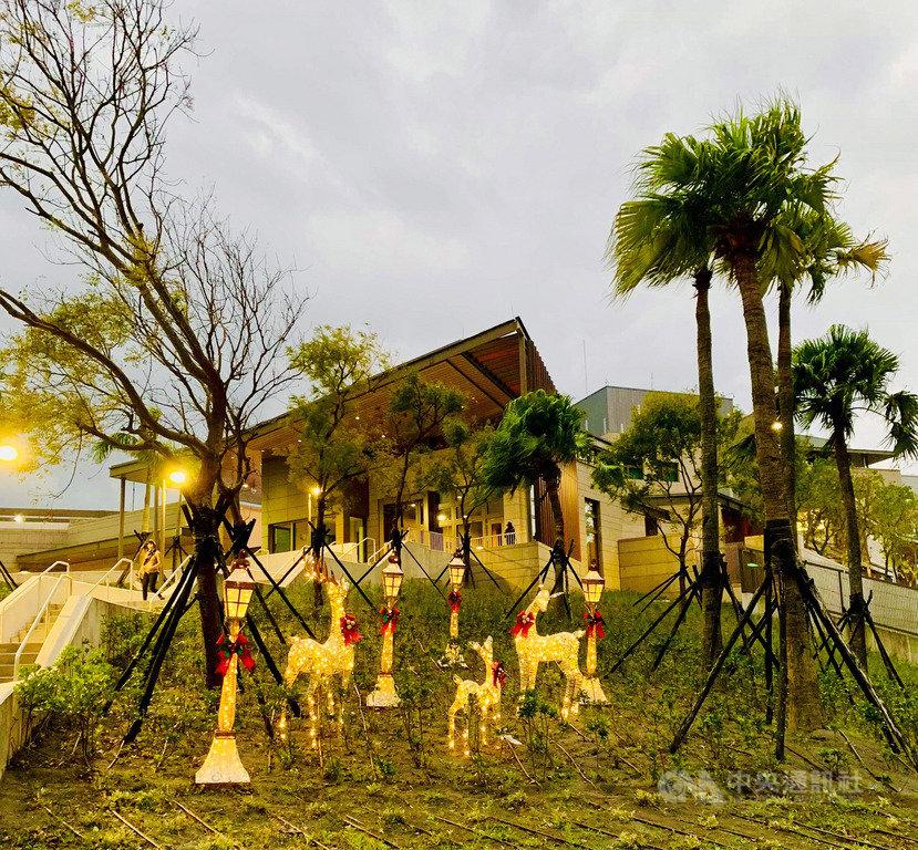 聖誕節將至,AIT內湖新館的室外草地可見麋鹿裝飾,閃著金黃色燈光,十分吸睛。(AIT提供)中央社記者侯姿瑩傳真 108年12月15日