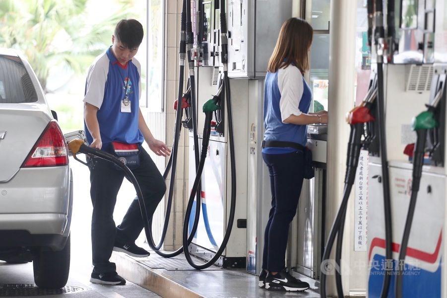 台灣中油公司宣布,16日凌晨零時起各式汽、柴油每公升零售價格各調漲0.4元。(中央社檔案照片)
