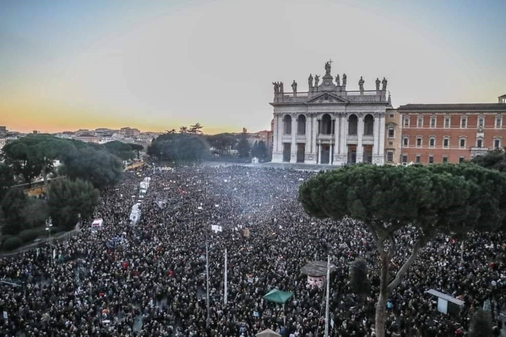 義大利年輕人主導的「沙丁魚運動」14日在羅馬集會,警方估計高達4萬人參與,但主辦單位未公布正式統計。(圖取自facebook.com/stephenogongo)