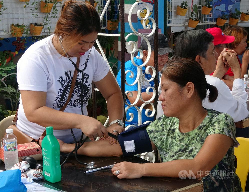 上百名來自台灣的扶輪社員15日赴菲舉辦義診,義診現場也免費為民眾量血壓。中央社記者陳妍君布拉坎省攝 108年12月15日