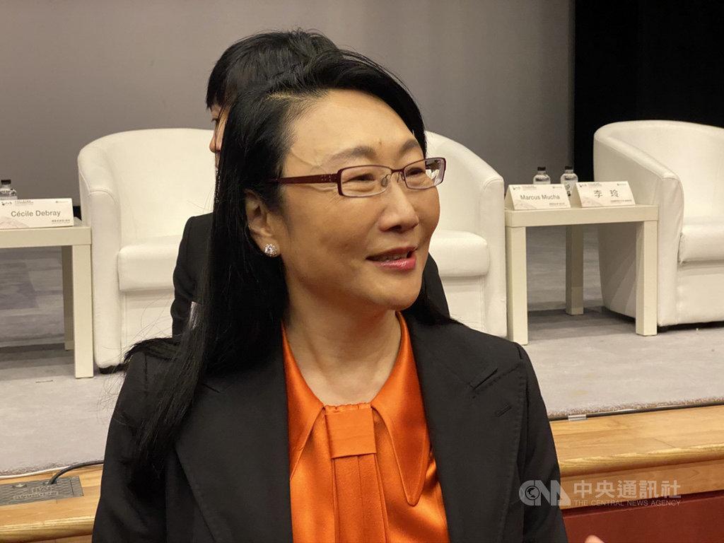 宏達電(HTC)董事長王雪紅16日受邀出席「新虛擬x明日實境藝術科技研討會」,她受訪表示,期待2020年能看到虛擬實境(VR)與擴增實境(AR)內容有所突破。中央社記者吳家豪攝 108年12月16日
