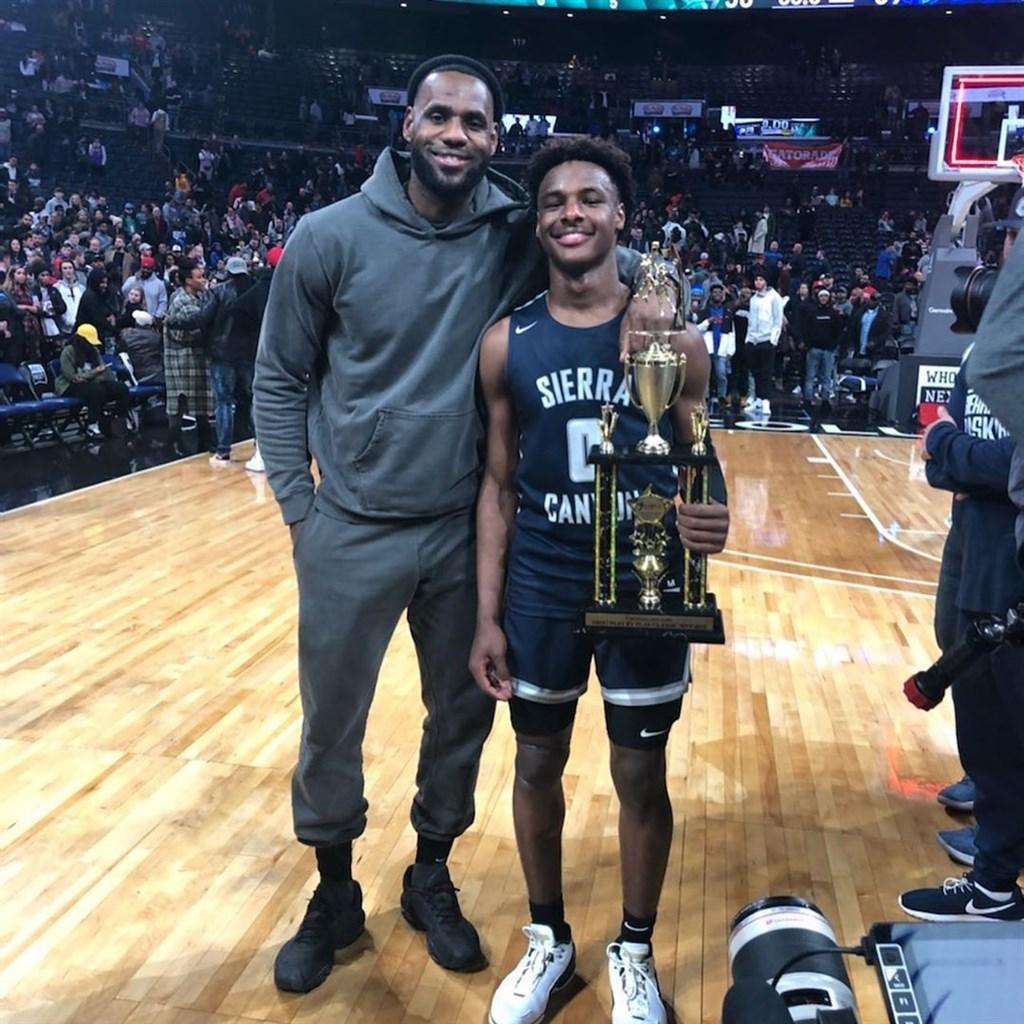 NBA湖人球星詹姆斯(左)14日回到家鄉俄亥俄州,看兒子布朗尼(右)的高中校際籃球比賽。(圖取自詹姆斯IG網頁instagram.com/kingjames)