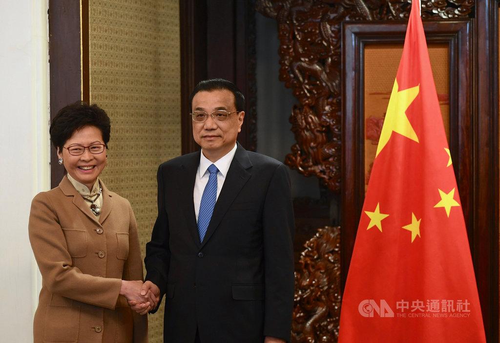 中國國務院總理李克強16日會晤赴北京述職的香港特首林鄭月娥,肯定她和港府面對修例風波迎難而上。圖為兩人2018年會晤時留影。(中通社提供)中央社  108年12月16日