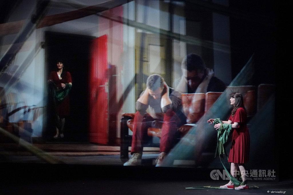 台中國家歌劇院舉辦「歌劇院2020台灣國際藝術節」,其中3D歌劇「消逝」(Blank Out),結合即時投影和3D影像構築場景,探討母子之間的親情糾結。(台中國家歌劇院提供)中央社記者蘇木春傳真 108年12月16日