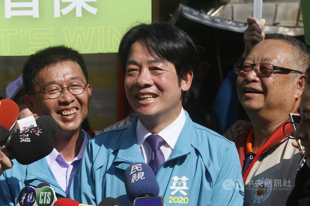 民進黨副總統候選人賴清德(中)16日在高雄輔選,接受媒體聯訪時就「波特王事件」表示,這凸顯專制的中國與台灣民主制度的不同,籲請大家明年1月11日用選票捍衛台灣的民主。圖左為爭取連任的民進黨立委參選人許智傑。中央社記者董俊志攝 108年12月16日