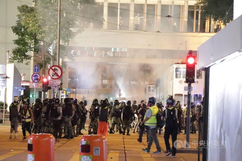 香港無線電視公司行政總裁李寶安16日向員工發出通告,指反送中持續超過半年,重創旅遊、飲食及零售市場,廣告、電視、報章及媒體等行業將無一倖免。圖為港警發射催淚彈驅散反送中示威者。(中央社檔案照片)