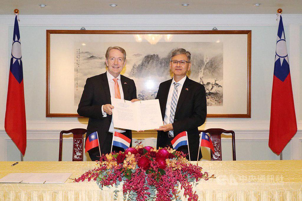 在外交部主任秘書李光章(右)見證下,荷蘭駐台代表紀維德(Guy Wittich)16日完成「台荷度假打工瞭解備忘錄」異地簽署。(外交部提供)中央社記者侯姿瑩傳真 108年12月16日