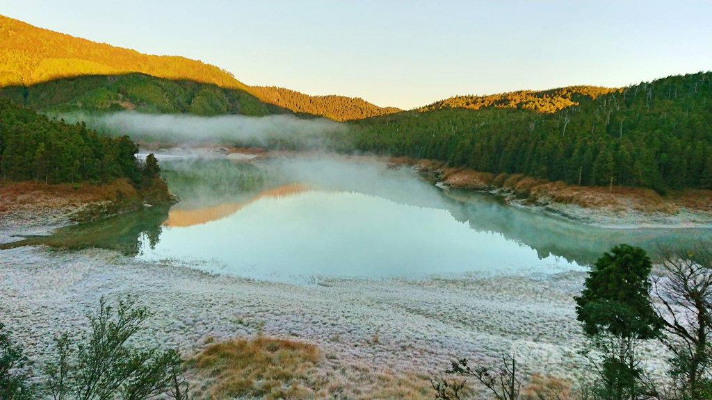 宜蘭太平山國家森林遊樂區翠峰湖畔,16日清晨氣溫雖沒降到冰點,但因無風擾動、水氣充足,加上輻射冷卻效應影響,一度結霜。(林務局提供)中央社記者沈如峰宜蘭縣傳真 108年12月16日