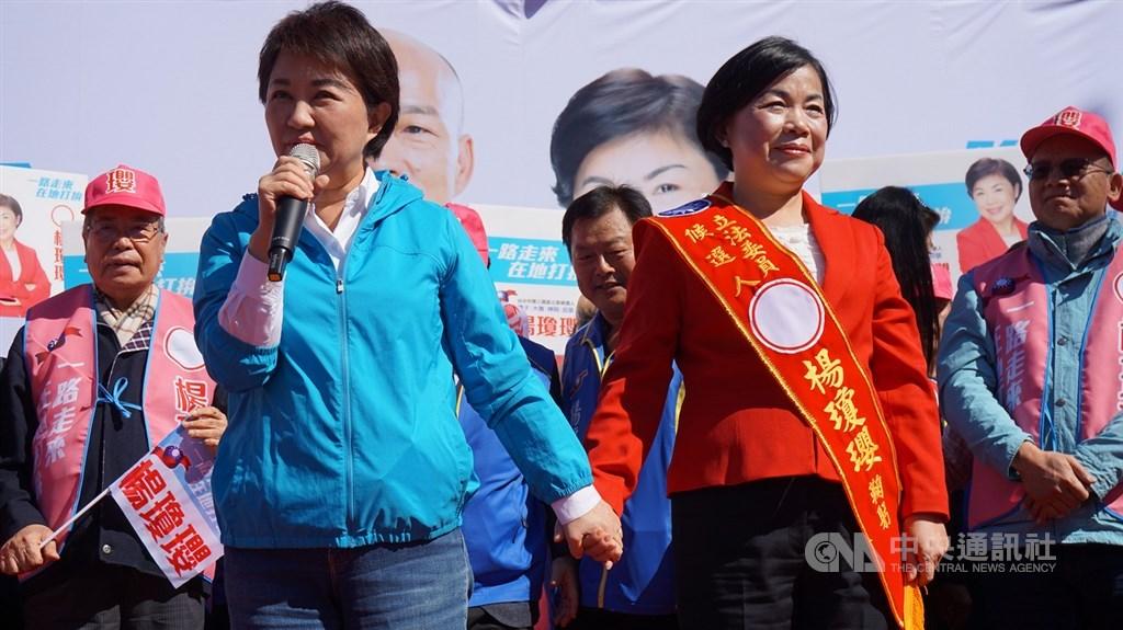 台中市長盧秀燕(前左)8日出席國民黨立委參選人楊瓊瓔(前右)競選總部成立大會,力挺楊瓊瓔參選。中央社記者趙麗妍攝 108年12月8日