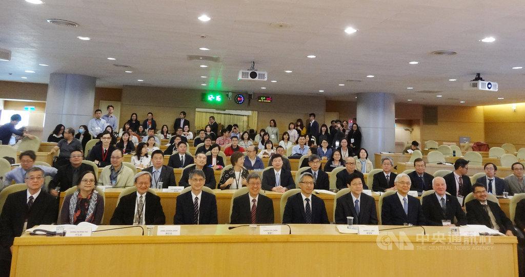 副總統陳建仁(前排左5)16日上午出席2019社團法人台灣人體生物資料庫學會年會,和中研院院長廖俊智(前排左6)及與會專家學者合影留念。中央社記者楊淑閔攝 108年12月16日
