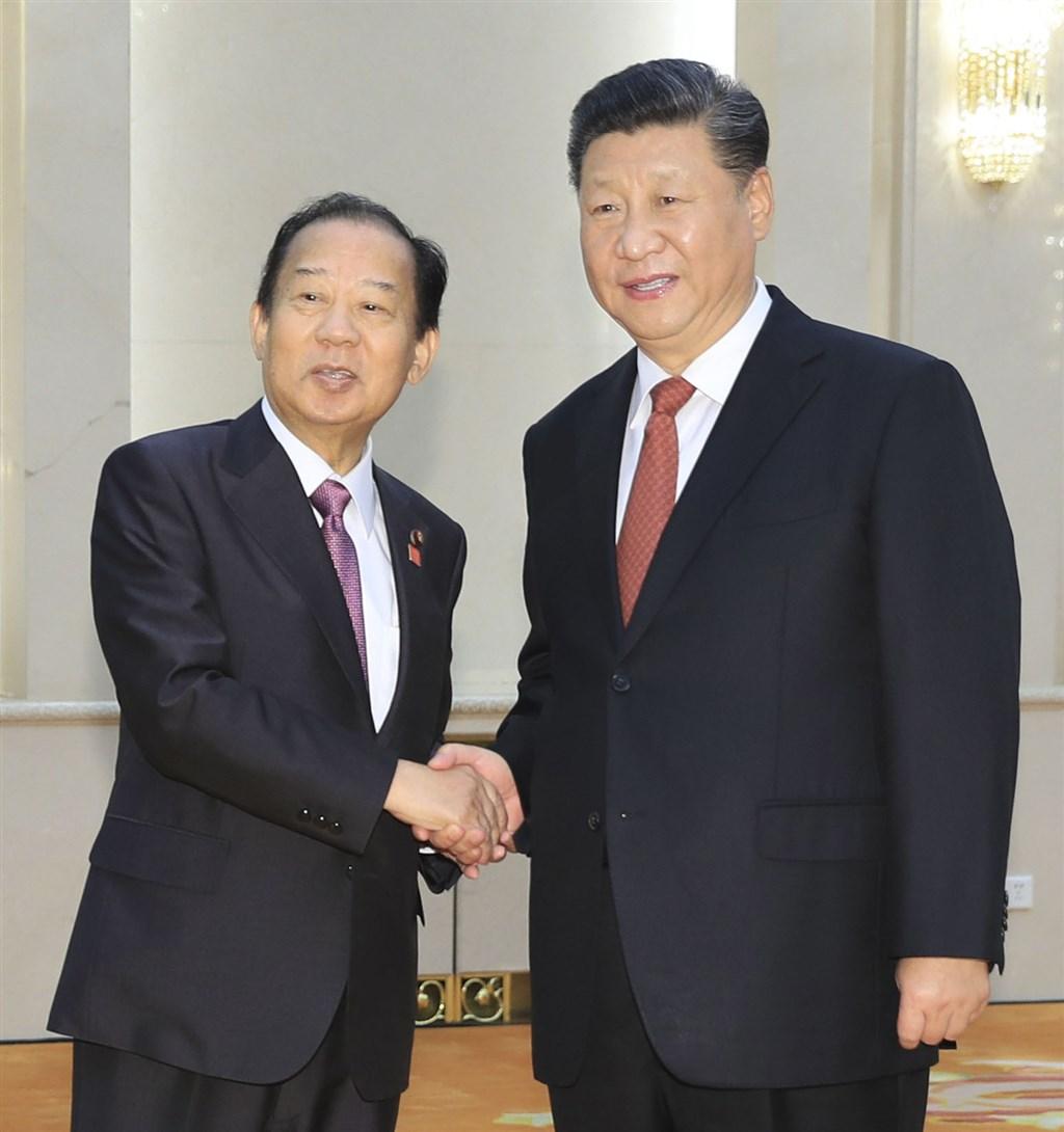 日本執政黨自民黨幹事長二階俊博(左)原本11月要率團到中國參加中日執政黨交流協議會,但中方要求日方人數必須是訪台國會議員團人數的2倍,導致破局。圖為4月二階俊博於北京會見中國國家主席習近平。(檔案照片/共同社提供)