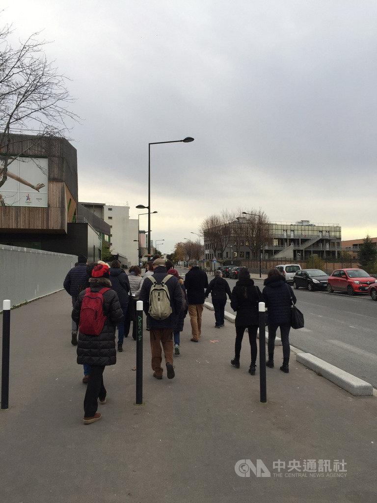 「穿越巴黎」等城市漫步導覽協會有別於一般傳統的觀光路線,關注的是城市轉變中的不同樣貌,並以都市規劃、族群與社會學的角度,觀察城市發展下中心與周邊的互動連結。圖攝於11月30日。中央社記者曾婷瑄巴黎攝 108年12月16日